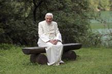 Benedetto XVI solo seduto